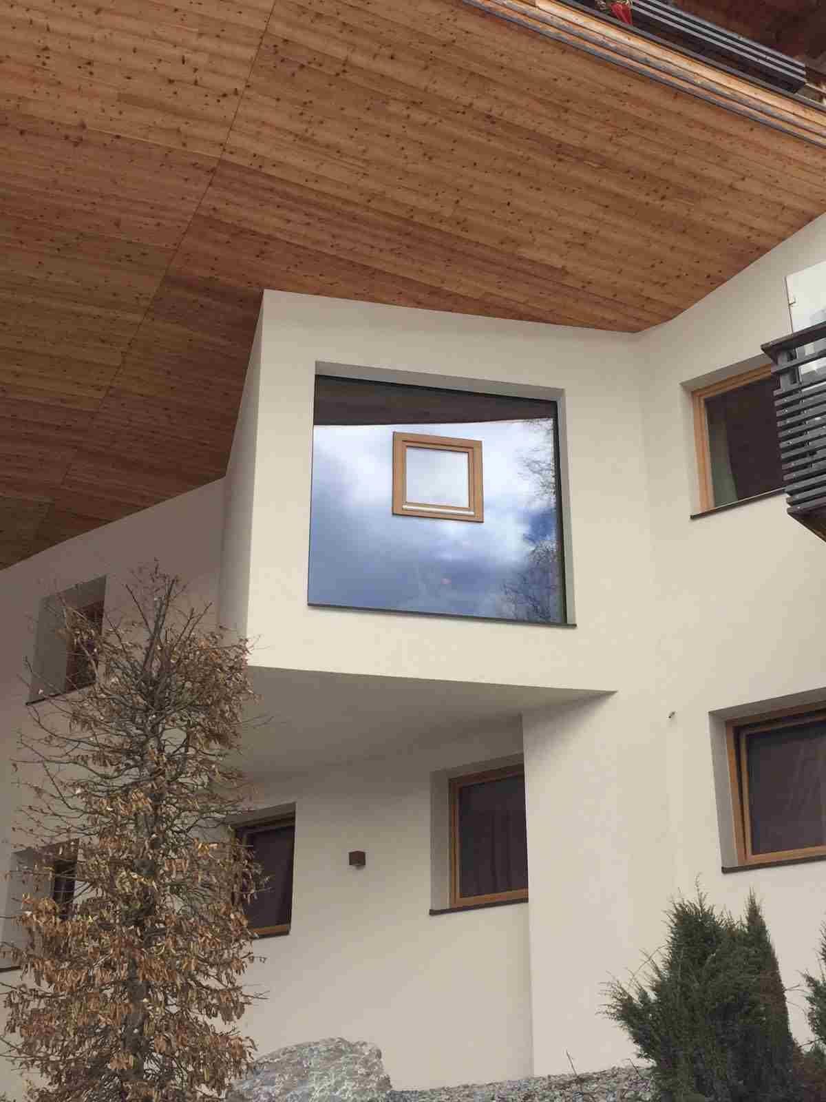 Ein fliegendes Fenster an einem modernen Haus.